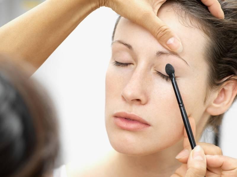 Как научиться делать красивый макияж самой себе