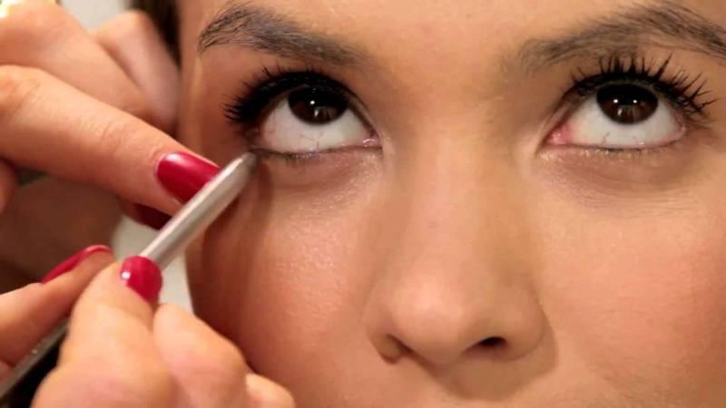 Как красить глаза карандашом?