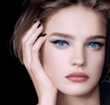 Купили себе синее платье и теперь не знаете как подобрать к нему правильный макияж?. В таком случае наша статья – это именно то, что вам нужно. В ней мы расскажем, как создать потрясающий макияж.